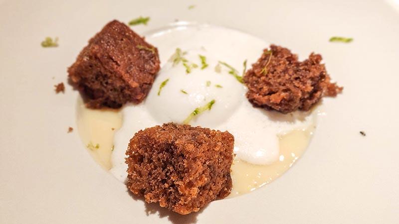 Sopa de chocolate blanco y yogur con helado de limón y carrot cake. miu japones leon