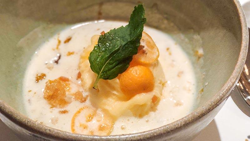 Helado de mandarina con zanahorias, crema de vainilla bourbon tibia, gelée de Grand Marnier y kumquat miu japones leon